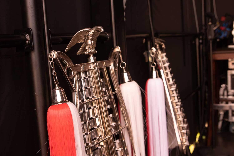 Instrumente des Blasorchesters Everswinkel auf der Bühne der Kulturwiesen in Alverskirchen.