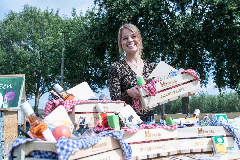 """Laura Hoofende, Projektmanagerin von Münsterland e.V. für """"Picknick hoch Drei"""" auf den """"Kulturwiesen"""" beim ersten Wettendorfer Picknick 2020. Fotograf: Andreas Hasenkamp, www.fotograf-muensterland.de"""