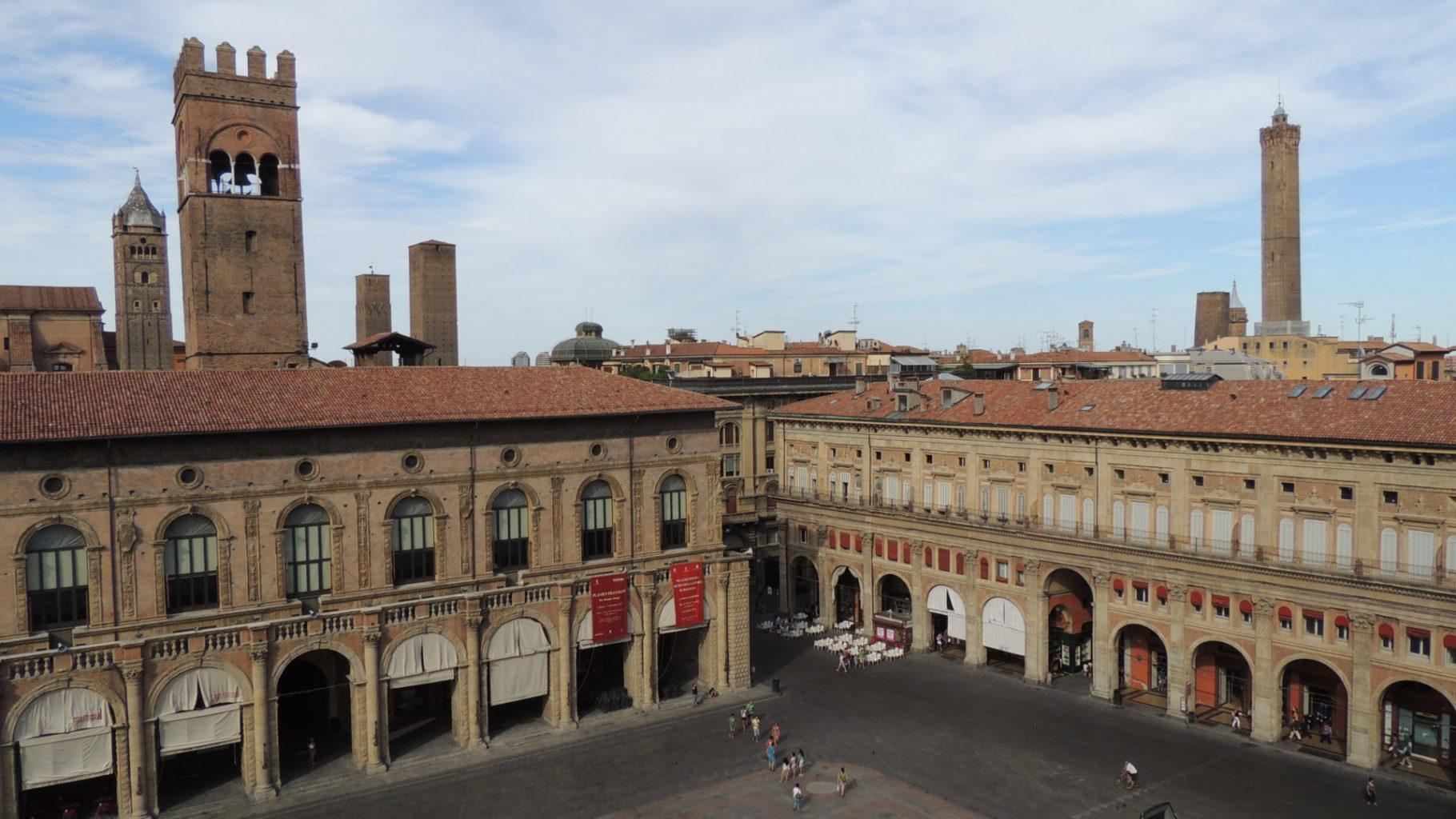 """Bologna: Das wohl bekannteste Wahrzeichen der Stadt sind die beiden Türme """"Torre degli Asinelli"""" und """"Torre Garisenda"""". Quelle: www.kostenlose-fotos.eu"""