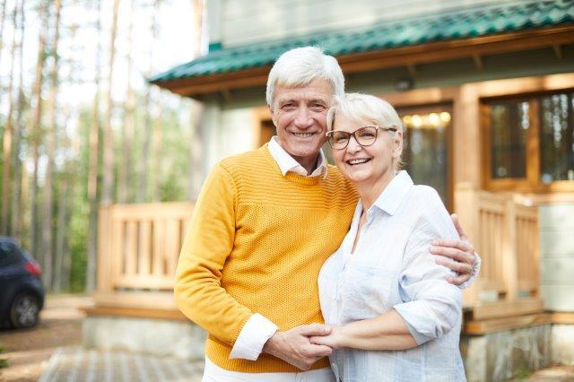 Älteres Ehepaar vor Eigenheim: DEGIV-Studie-Immobilienverrentung-