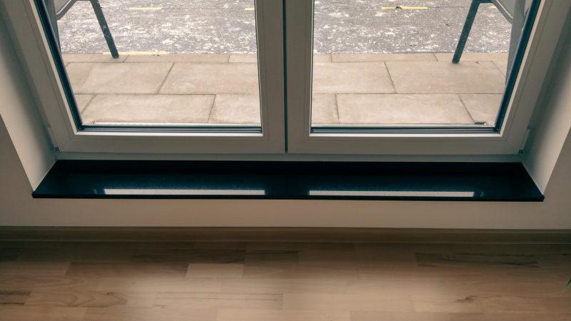 Hier fehlt die Barrierefreiheit an einer Fenstertür zur Terrasse.
