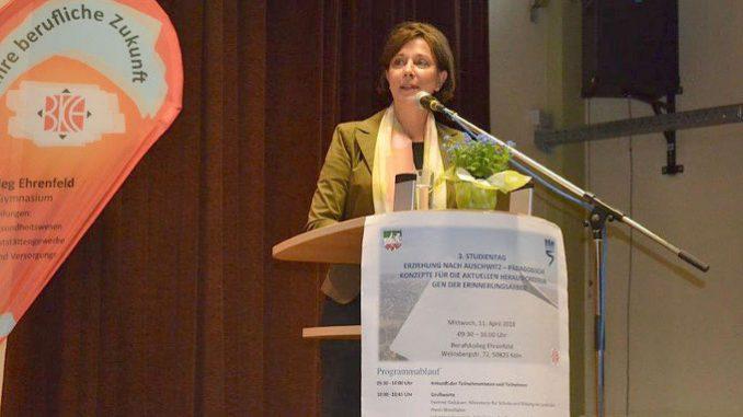 Schulministerin Yvonne Gebauer eröffnet die Veranstaltung
