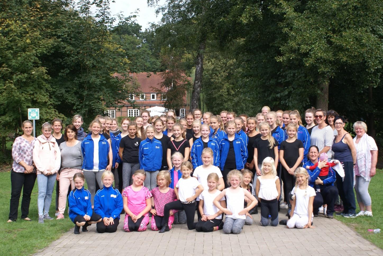 Tänzerinnen aller Tanzgruppen der KG ZiBoMo bei Meppen