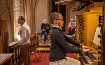 """Thorsten Schwarte leitete die Schola von St. Nikolaus,  Felix Bräuer spielte u.a. seine """" Missa brevis"""". Foto: A. Hasenkamp."""