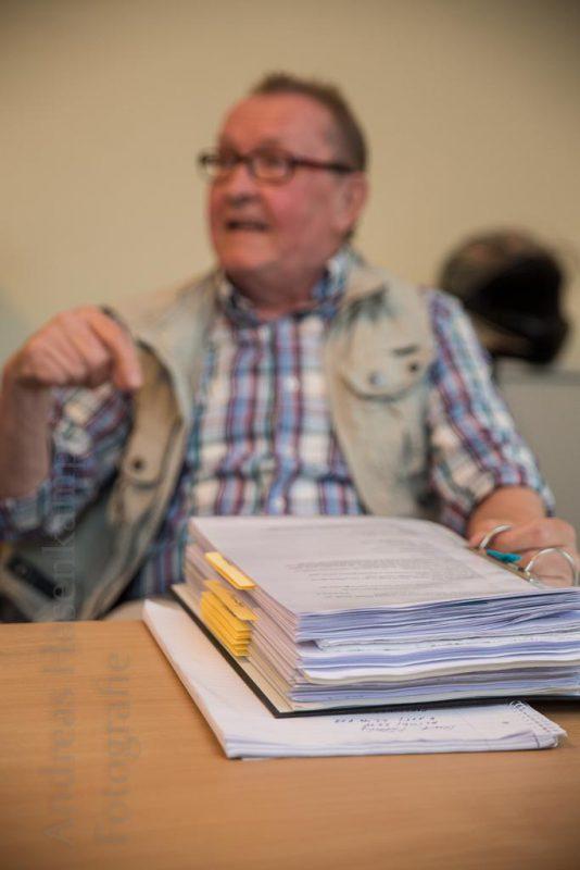 Der Arbeitskreis Auszugshilfe besprach auch bürokratische Hürden auf Bundesebene - an einem Beispiel aus einem dicken Aktenordner. Foto: A. Hasenkamp, Fotograf in Münster.