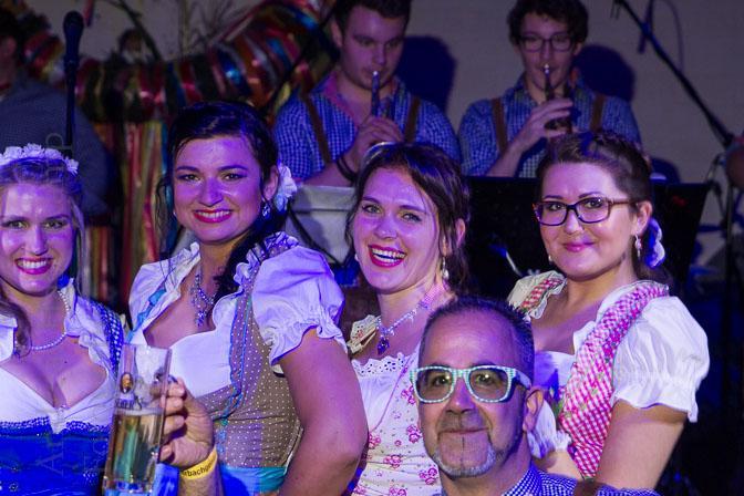 Tanzversessene Amelsbürener feiern Oktoberfest