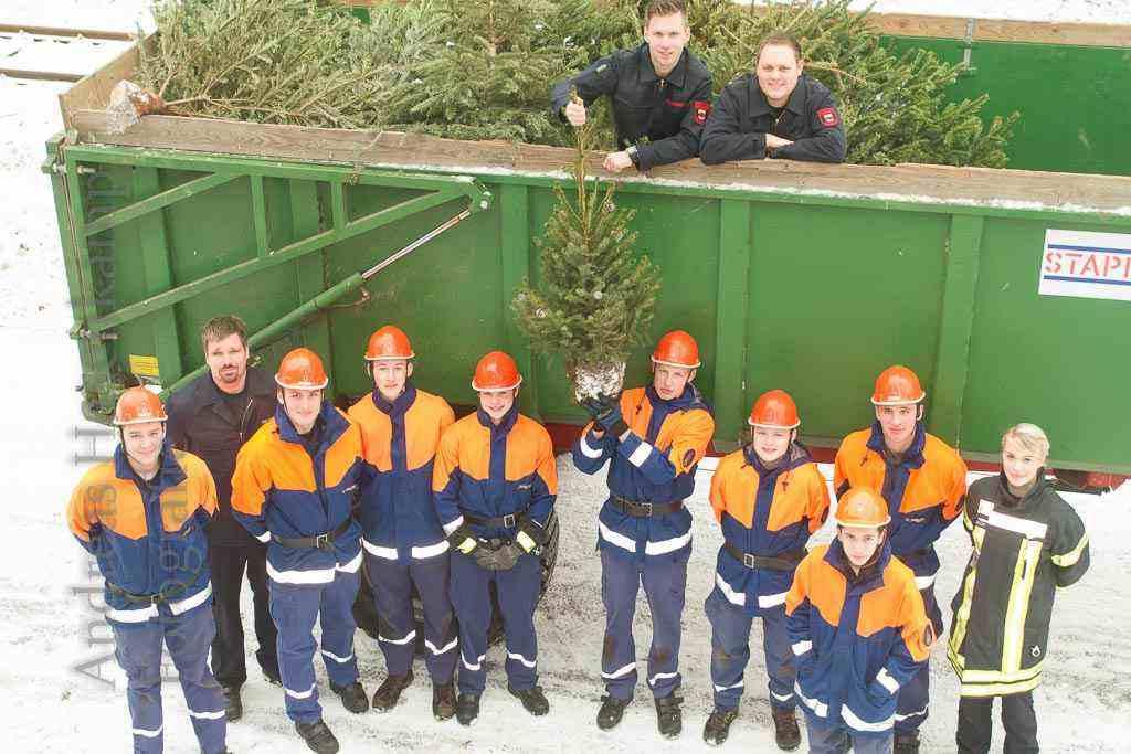 Feuerwehrleute vor Trecker-Anhänger mit Weihnachtsbäumen in Alt-Angelmodde, 2017