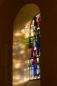 Kirchenfenster von Vinzenz Pieper in St. Agatha am Herbstabend