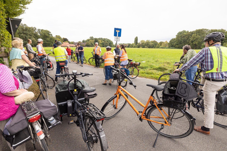 Hier soll eine Velo-Route entlangführen: Gäste der Radtour an der Kreuzung zum Alten Postweg. Foto: anh.