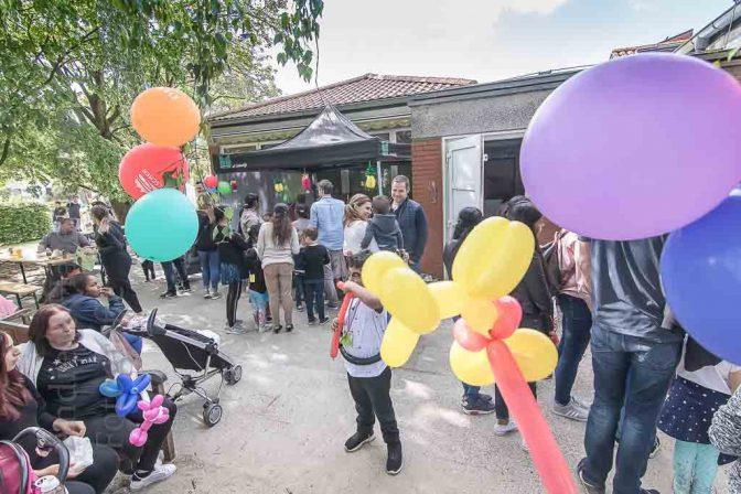 Mit Erwachsenen und Nachbarn feiern im FIZ St. Bernhard 2