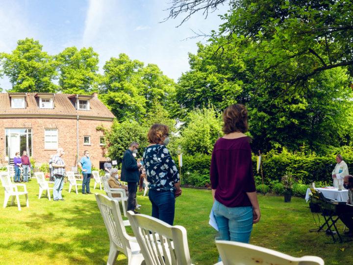 Fronleichnam-Gottesdienst im Freien im Garten des alten Pfarrhauses  bei St. Agatha in Angelmodde-Dorf.. Foto: A. Hasenkamp