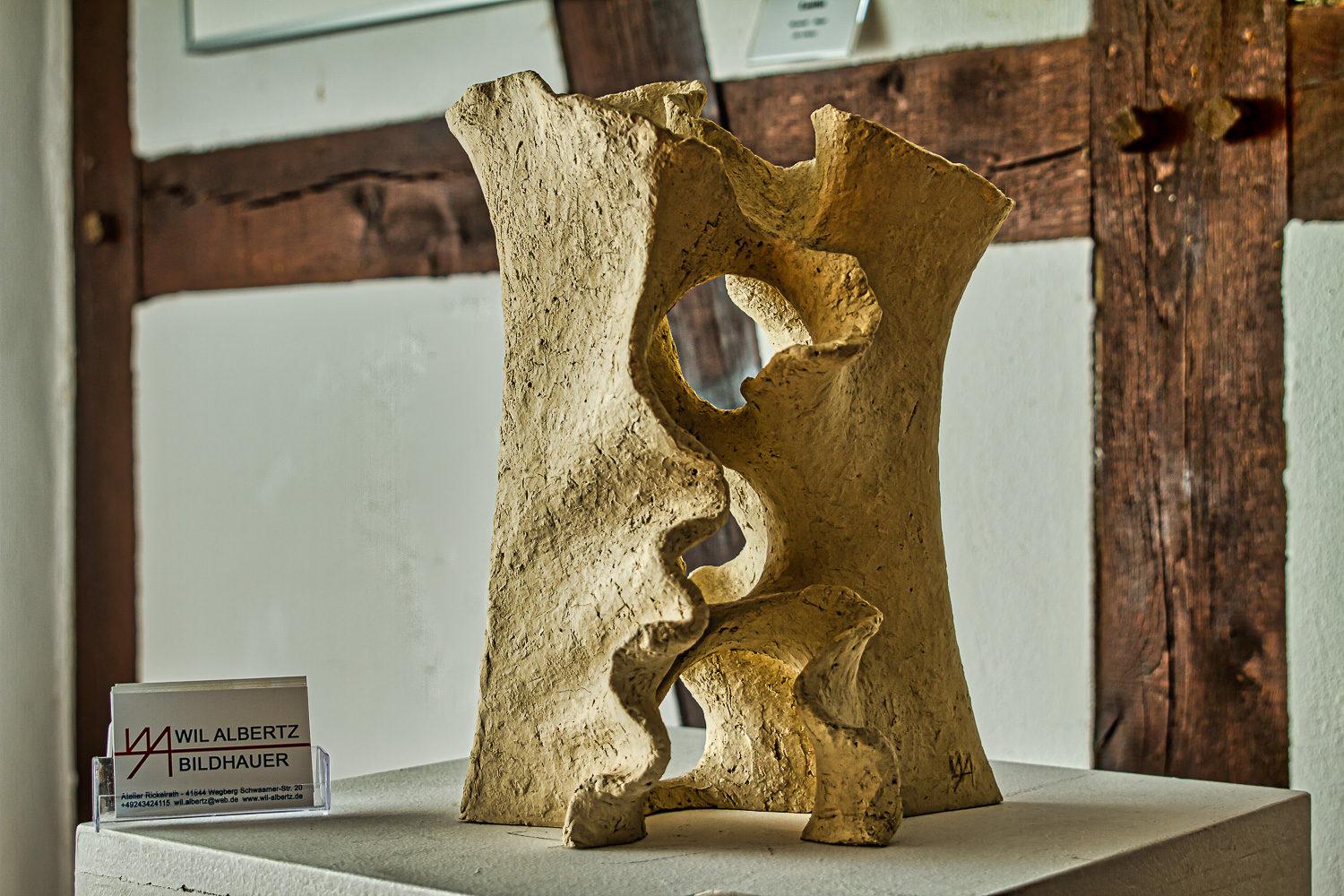 Skulptur von Wil Albertz im Gallitzin-Haus bei der Vernissage: Fotograf: Andreas Hasenkamp.