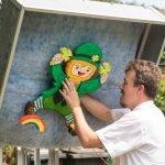 Dirk Borgert befestigt das irische Fabelwesen Leprechaun als Ziel der Kinderschützen.