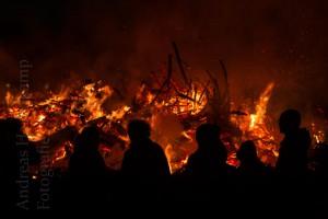 Osterfeuer in Angelmodde von Einsatz der Feuerwehr begleitet