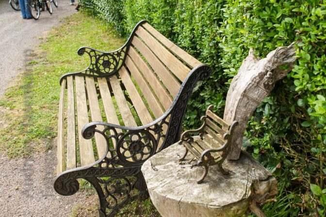 Sitzbank in Angelmodde-West in einner Gasse.