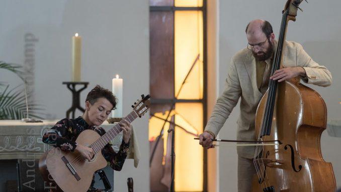 In einem der Stücke im Konzert von Akampita Steiner (l.) wirkte Kantor Arne Tigges am Kontrabass mit.