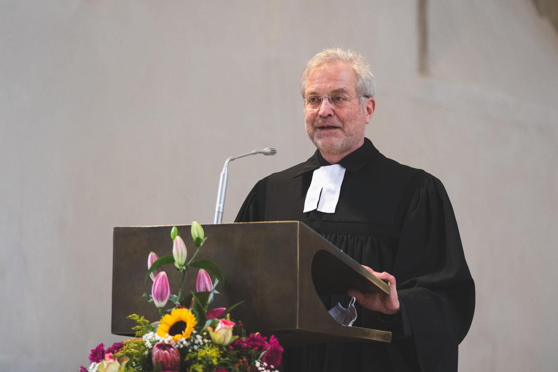 Pfarrer Heinrich Kandzis bei seiner Ansprache zur Entpflichtung von Ultrik Krüger. Foto: A. Hasenkamp.