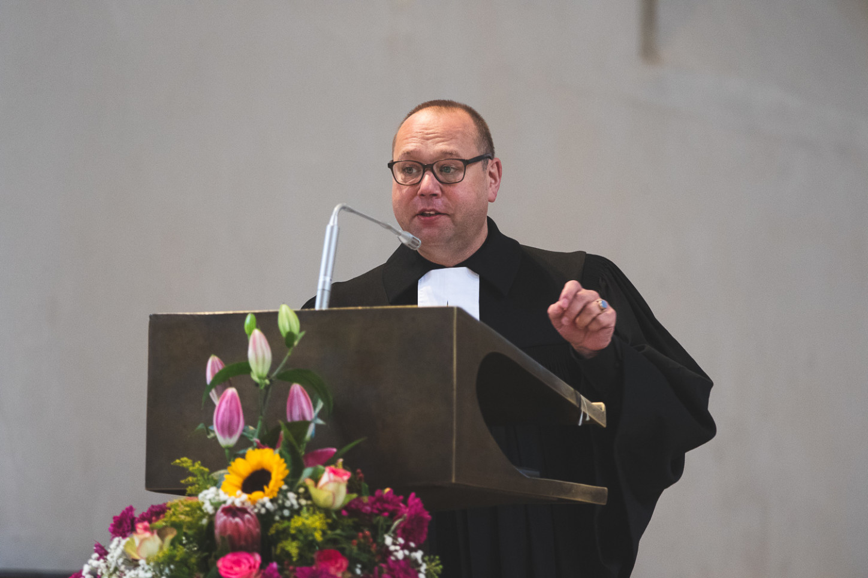 Superintendent Holger Erdmann in der Apostelkirche bei der Verabschiedung von Pfarrerin Ulrike Krüger  am 20. Sonntag nach Trinitatis am 25.10.2020. Foto: A. Hasenkamp.