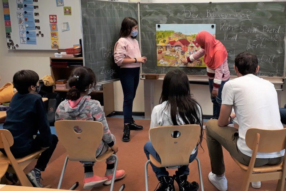 """Rund 200 Kinder profitieren in diesen Herbstferien von den """"MitSprache""""-Kursen des Amtes für Schule und Weiterbildung. Die Angebote sind analog wie digital und reichen vom Sprachtraining bis zum Theaterworkshop. Foto: Stadt Münster."""