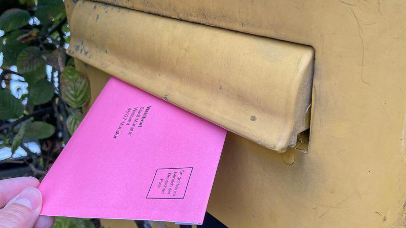 Die roten Wahlbriefe müssen rechtzeitig vor der Bundestagswahl am 26. September in den Briefkasten, damit sie am Wahltag in die Auszählung einfließen können. Foto: Stadt Münster / Amt für Kommunikation.