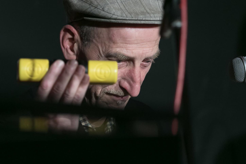 An Cajon und Percussions Christian Lennerz  - mit dem Broomhill-Quartett im Kulturbahnhof Hiltrup 2020. Foto: A. Hasenkamp.