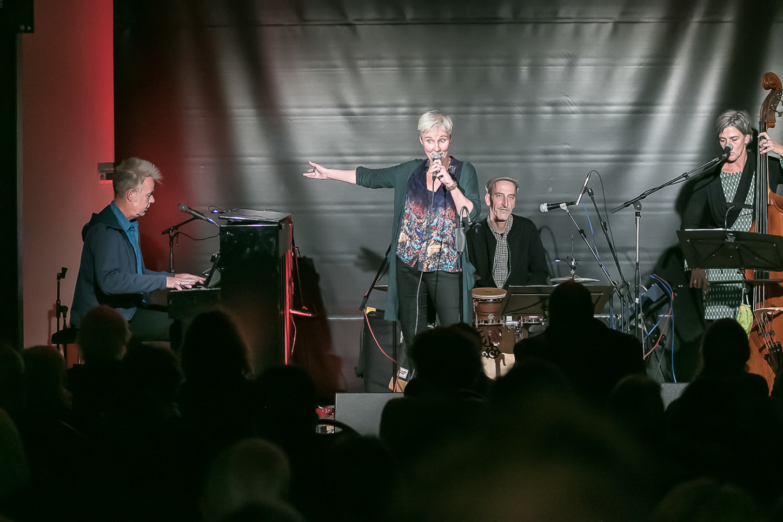 Das Broomhill-Quartett, das sind am Kontrabass Konny Wiesen, an Cajon und Percussions Christian Lennerz, am Klavier Winne Voget und singend Christiane Brambrink.