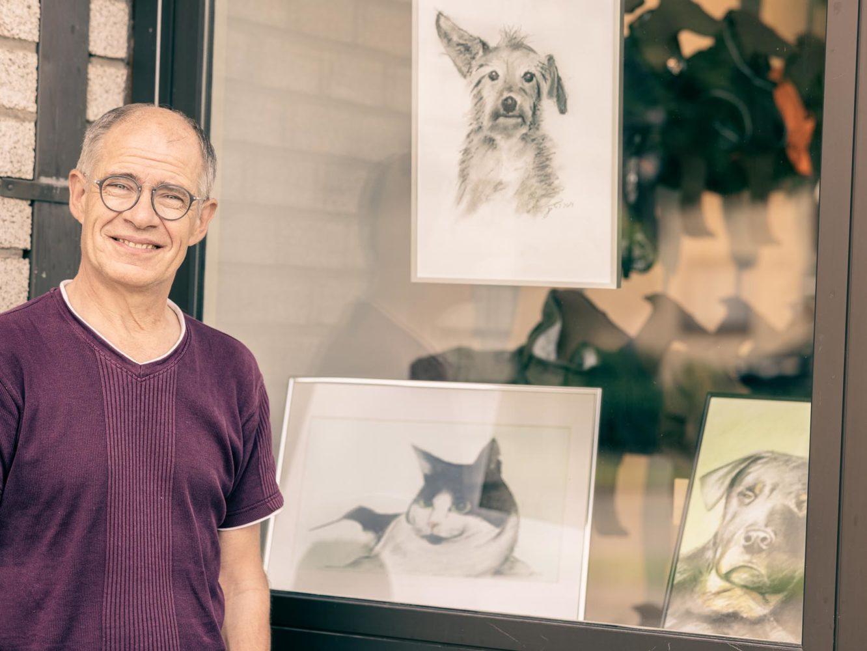 """Joachim Buchmann mit Charakter-Portraits von Katz und Hund bei """"Hunter"""". Foto: anh."""