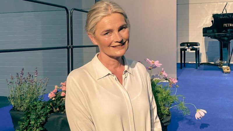 Bürgermeisterin Angela Stähler  vor dem Aufsteller zum Lengericher Conclusum