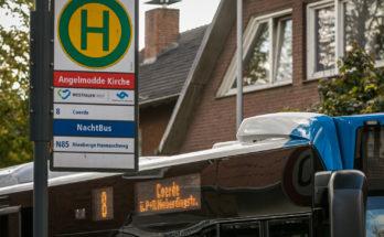 """Bushaltestelle Angelmodde Kirche - ein Bus der Linie 8 hält auf der Fahrt nach Münster """"Am Bült"""".. Fotot: A. Hasenkamp."""
