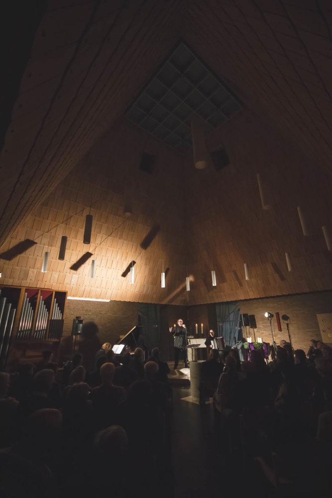 Kirchenraum der evangelischen Christuskirche bei einem Konzert mit H. Seférian. Foto: A. Hasenkamp.