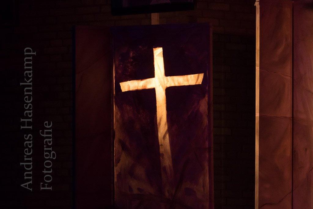 Ein Kreuz - hinterleuchtet, Teil des klugen Bühnenbildes.