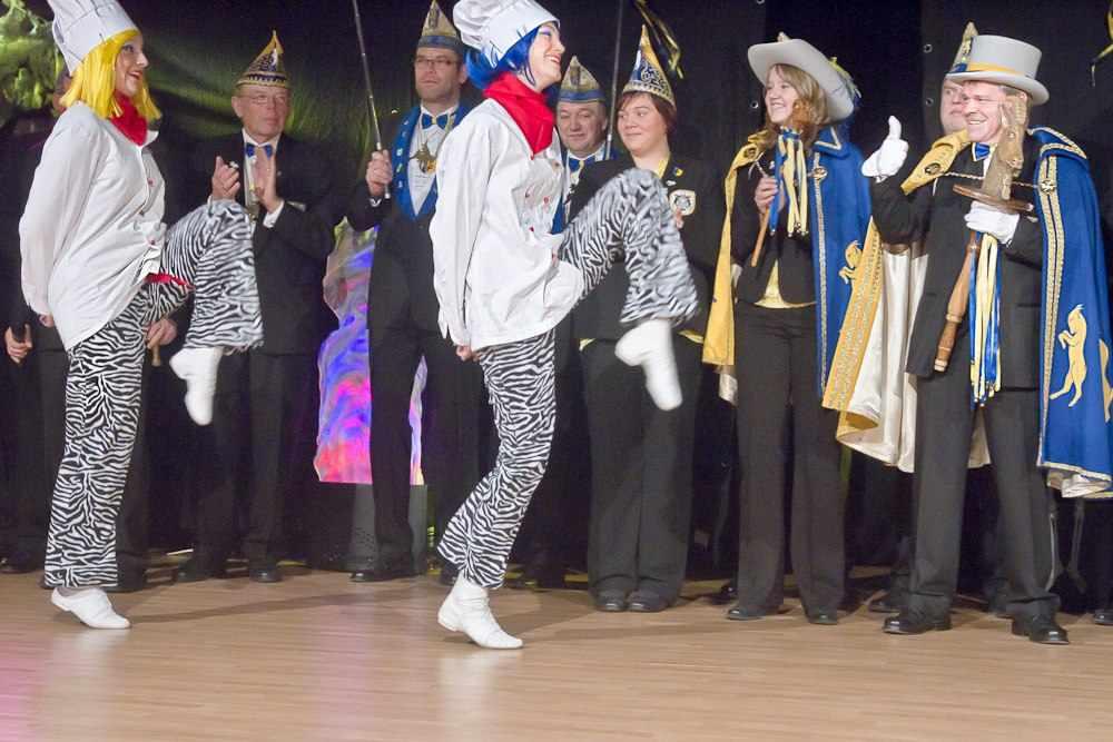 Zwei Tanzmariechen überraschen bei der Damensitzung der KG ZiBoMo den Hippenmajor, Koch von Beruf, passend kostümiert mit einer Tanzeinlage.