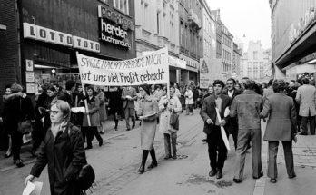 Eine Demonstration auf der Salzstraße weist auf die Konsumgesellschaft hin und fordert einen stärkeres Interesse an der Armut der Entwicklungsländer. Foto: Stadtmuseum / Sammlung Krause