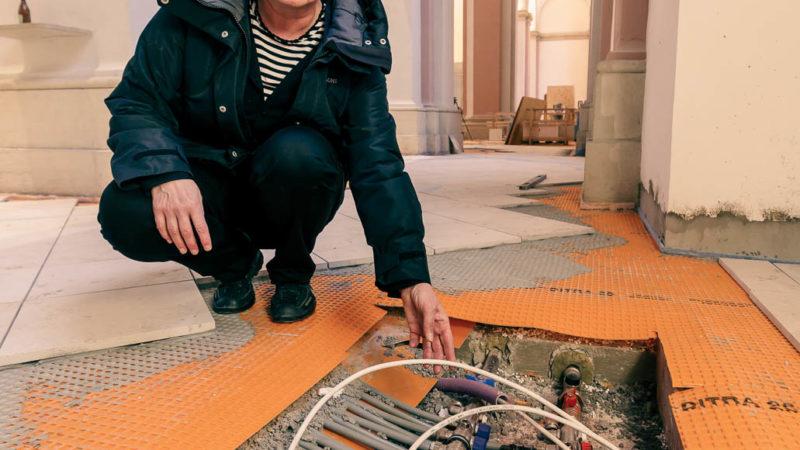 Moderne Technik im historischen Baudenkmal: Projektleiterin Annegret Mantke zeigt die neue Fußbodenheizung.   Foto: Amt für Kommunikation, Stadt Münster.