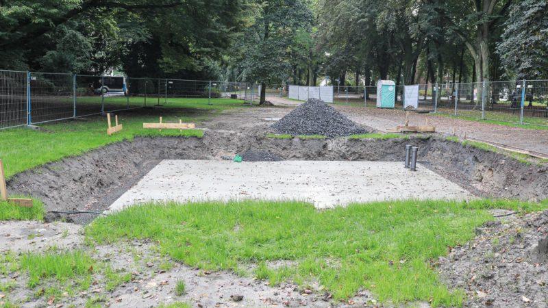 """Noch ist der Platz an der Promenade eine Baustelle, aber in einigen Tagen wird Nicole Eisenmans Brunnen """"Sketch for a Fountain"""" dauerhaft installiert. Ermöglicht hat die Rückkehr des Kunstwerks der Verein """"Dein Brunnen für Münster"""" mit Unterst"""