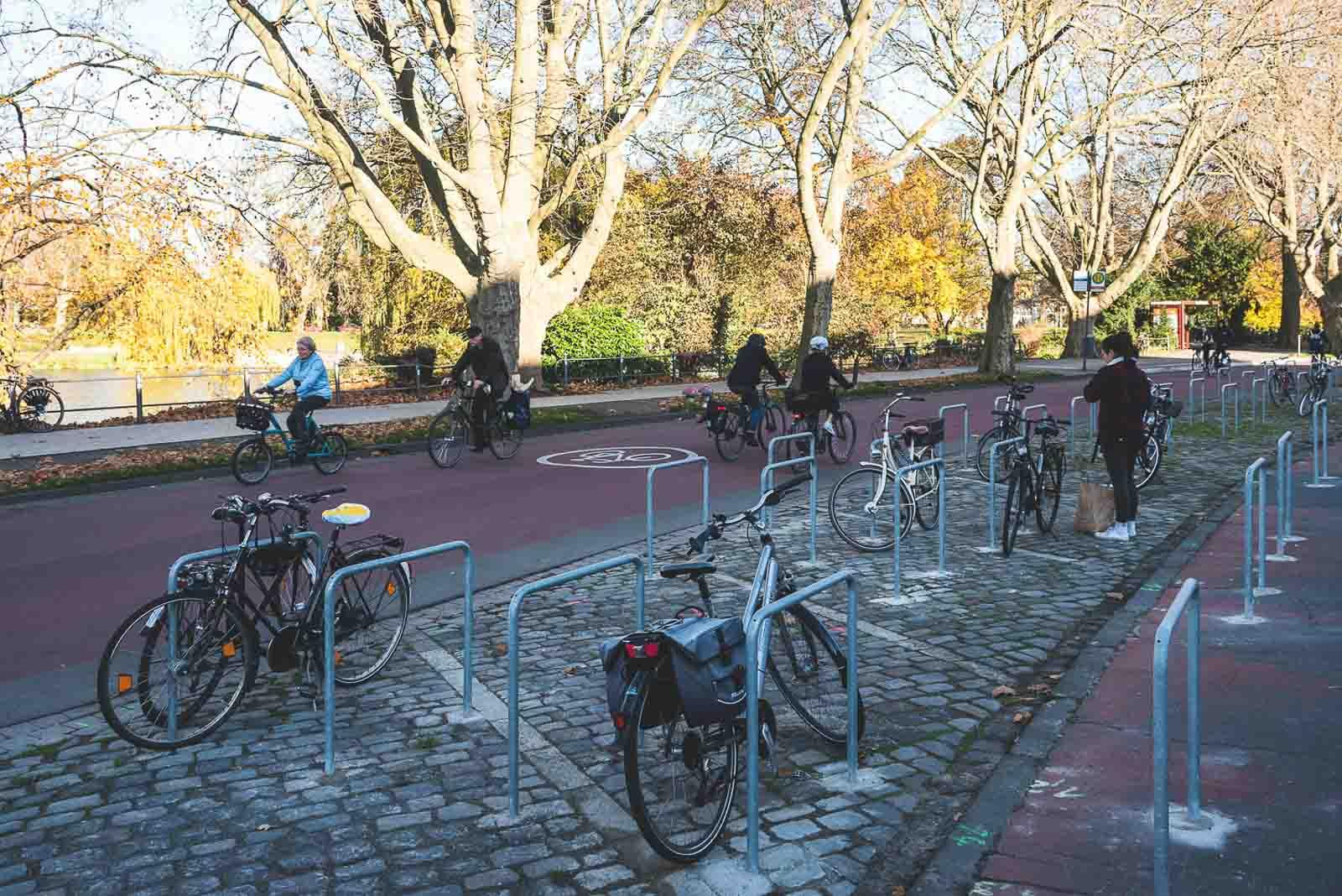 An der Fahrradstraße Bismarckallee haben die baulichen Veränderungen deutliche Verbesserungen für Radfahrende bewirkt. Auch der Gehweg ist breiter und komfortabler geworden.