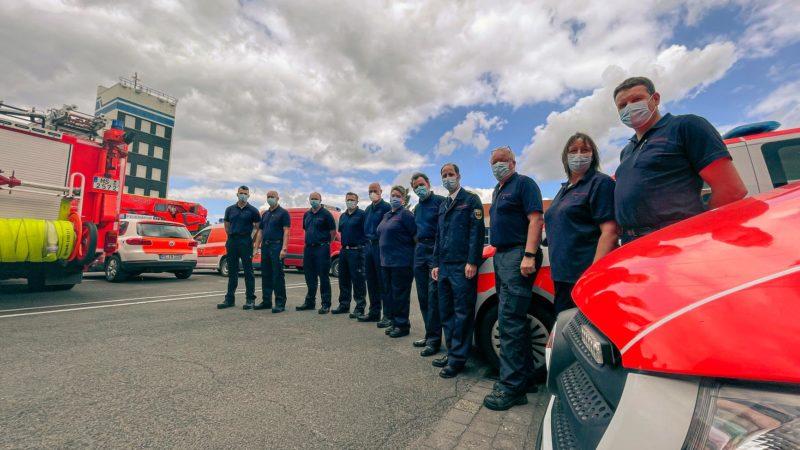 Die acht Männer und zwei Frauen (Foto) wurden am Donnerstagmittag vom Leiter der Feuerwehr, Gottfried Wingler-Scholz (4. v. r.), verabschiedet. Gemeinsam mit Feuerwehren aus Bayern, Baden-Württemberg und Niedersachsen kommen die NRW-Fachleute aus Münst