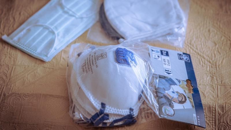Alltagsmasken und ein Paket von FFP2-Masken. Foto: A. Hasenkamp.