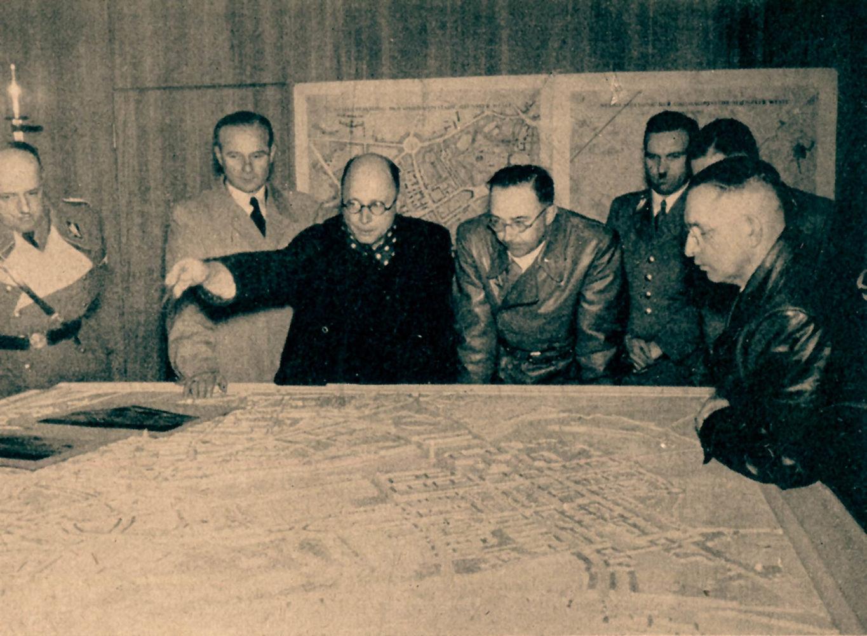 Architekt Hermann Bartels (3.v.l.) erklärt Heinrich Himmler (4.v.l.) bei dessen Besuch in Münster das Modell zur Gauhauptstadt. Anwesend auch NSDAP-Gauleiter Alfred Meyer (r.) und als Vertreter der Stadtverwaltung Baurat Peter Poelzig (2.v.l.). Foto: St
