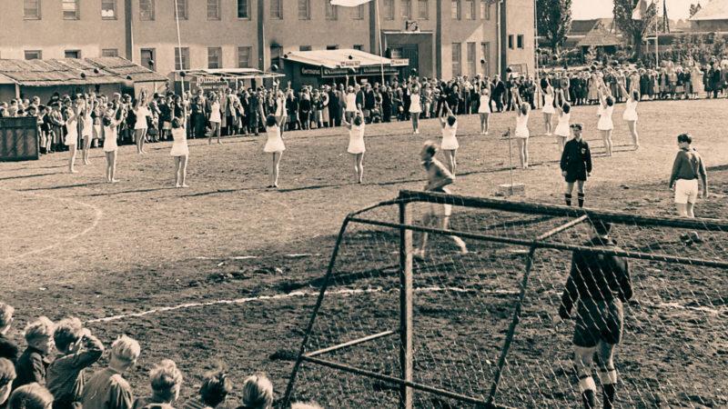 """Eine Sportveranstaltung im Rahmen der Ausstellung """"Gesundes Leben"""" im Sommer 1950 machte die damaligen Geschlechtervorstellungen sichtbar: Mädchen tanzten und Jungen spielten Fußball. Diese und weitere gesellschaftliche Funktionen von Sport erforsch"""