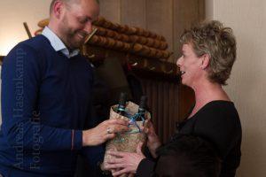 Ralph Koschek verabschiedet die Beisitzerin Anke Flender vom Achatius-Haus. Foto: A. Hasenkamp, Fotograf in Münster.