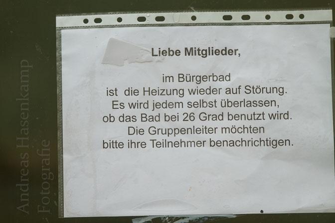 Aushang am Bürgerbad Handorf wegen der gestörten Heizung des Bürgerbads.