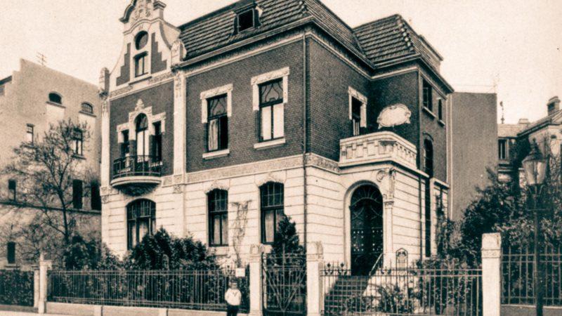 Auch dieses Foto des Hauses in der Heerdestraße 1 aus dem Jahr 1910 diente als Vorlage für die Restaurierung.Der Schaugiebel nach Fertigstellung der geschwungenen Fenstersprossen. An der Hauswand lassen sich auch Stuck-Fledermäuse entdecken.Fotos: St