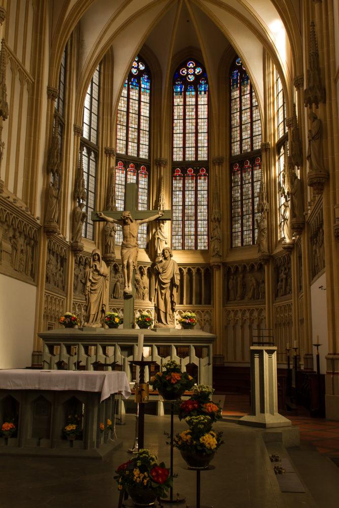 Altarraum der Kirche St. Josef im Sonnenschein. Foto: A. Hasenkamp.
