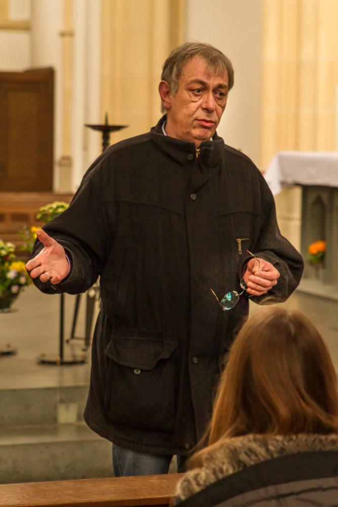Kunsterzieher Michael Rickert instruiert seine Schüler in St. Josef.