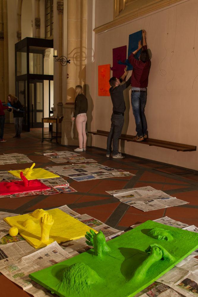 Aktionskunst verwandelt am Karsamstag Ausstellung in der St. Joseph-Kirche 43