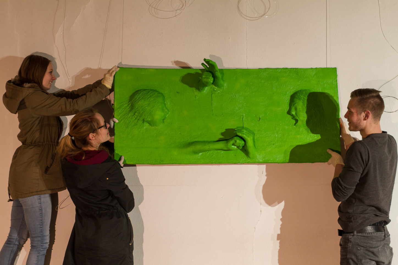 Es kann gehängt werden: ein grünes Exponat im Querformat in St. Josef.