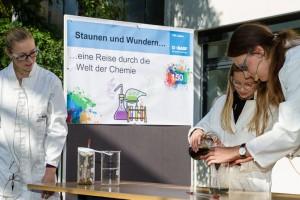 Experimente zum Mitmachen hatten sich Auszubildende Lack-Laboranten ausgedacht – hier hilft ihnen Carlotta beim Reinigen von Wasser. Fotograf: Andreas Hasenkamp, Münster.