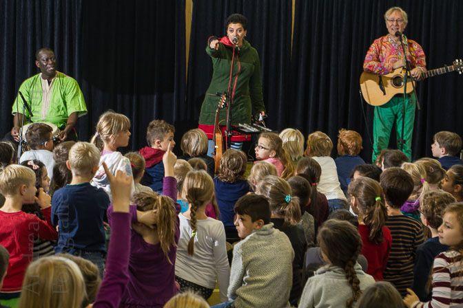 Abschluss-Konzert von Karibuni mit Kindern der Paul-Gerhardt-Schule in der Turnhalle.