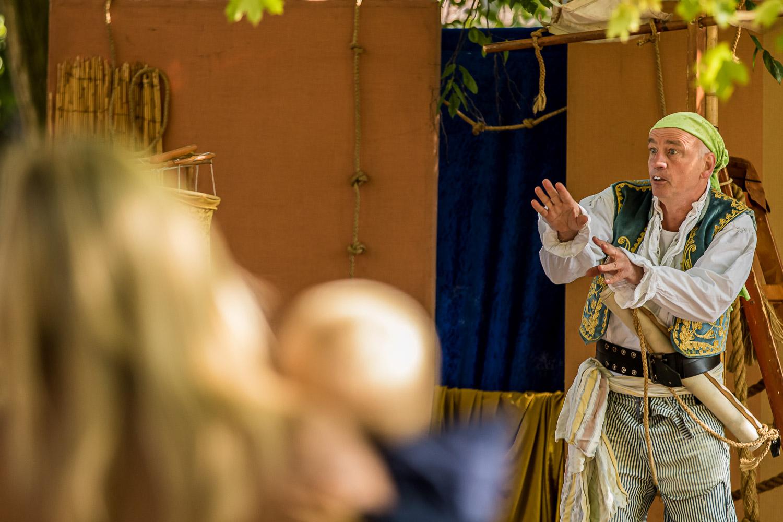"""Der Pirat bzw. Kapitän Christoph Bäumer in der turbulenten Geschichte """"Die Schatzkiste"""". Die Kinder machten kräftig mit. Foto: A. Hasenkamp."""